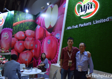 Richard and Steven Leung of Alfa Fruit Packers. Steven works together with his son Richard exporting apples worldwide.来自冠臣果蔬的梁尚伟和梁嘉深。梁嘉深和他的儿子梁尚伟一起向世界各地出口苹果。