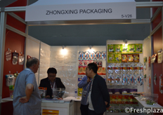 Zhongxing Packaging team together with a client discussing the different packaging options.中兴包装团队与一家客户一起讨论不同的包装方案。
