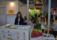 Carrie Kao from RIC International Corp. specializes in the import and export of high-quality fresh fruit, selling different kind of fruits from Taiwan, as pineapple, dragon fruit, mango and guava etc.来自翔景国际有限公司的高瑜壎。该公司主要从事优质新鲜水果的进出口业务,销售来自台湾的菠萝、火龙果、芒果、番石榴等水果。