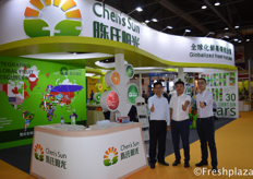 Mr. Han and his colleagues from Zhengzhou Chen's Sun Fruit and Vegetable Trade Co., Ltd. The company is mainly engaged in importing foreign fruit and selling domestic fine fruit. Their foreign fruits are including the Chilean cherry, Thai longan, mangosteen, durian, Vietnam dragon fruit, lychee and so on.来自郑州陈阳光果蔬贸易有限公司的韩先生和他的同事,该公司主要从事进口国外水果和销售国内精品水果。他们的外国水果包括智利樱桃、泰国龙眼、芒果、榴莲、越南火龙果、荔枝等。