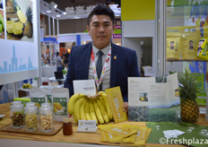 Mars Kuo from Gaoxiong Qi Shan Fruit and Vegetable Co-operative. Selling fresh and processed banana and pineapples from Taiwan.来自高雄市旗山果菜连锁合作社的经理郭泰呈。他们出售台湾产的新鲜及加工的香蕉及菠萝。