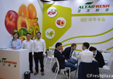 Mike Wang with his colleagues from Guangzhou Green Belt Food Co., Ltd. They trade their products under Altaifresh Limited. As a fresh fruit importer, exporter and distributor in China, Altaifresh imports various fruits from Australia, Chile, South Africa, Peru, New Zealand, Mexico, Spain, Egypt, Israel, etc.王迈克和他的来自广州绿带食品有限公司的同事们。他们以Altaifresh有限公司经营他们的产品。作为中国的鲜果进出口商和经销商,Altaifresh从澳大利亚、智利、南非、秘鲁、新西兰、墨西哥、西班牙、埃及、以色列等国进口各种水果。