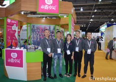 Cherry (middle) with her team from Zhejiang RainDew Fruit Co., Ltd.来自浙江雨露空间果品有限公司的Cherry(中)与她的团队。