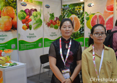 Cai Youcai and Maggie Huang from Zhangpu Yicai FruitVegetable Co.,Ltd. They are specialized in fresh fruit vegetable of plantation, processing,harvest, storage and export. Main products are pomelo, mandarin, orange, carrots and cabbage.来自漳浦县益才果蔬有限公司的总经理蔡有财和业务经理黄艺英。该公司是一家集种植、加工、收获、贮藏、出口为一体的鲜果蔬菜企业。主要产品有柚子、柑橘、胡萝卜和卷心菜。