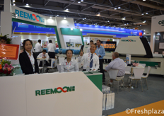 Dennis Clock (right) with his team from Jiangxi Reemoon Technology Holdings Co., Ltd. Reemoon is specialized in developing, manufacturing and supplying postharvest equipment and solutions for fruit and vegetables, including sorting machine, washer, dryer, waxing machine and other accessory equipment.来自江西绿萌科技控股有限公司的钟新红和他的团队。该公司是一家专业从事水果和蔬菜采后设备和解决方案的开发、制造和供应的公司,包括分选机、清洗机、烘干机、打蜡机和其他附属设备。