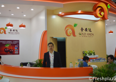 Xu Xueqing from Gold Anda Agricultural Technology Development Co. Ltd. Gold Anda is an international fruit import and export company. Besides the Chinese market, they also supply the South East Asian market with fruits.来自深圳市金安达农业发展有限公司的总经理徐雪晴。金安达是一家国际水果进出口公司。除了中国市场,他们还向东南亚市场供应水果。