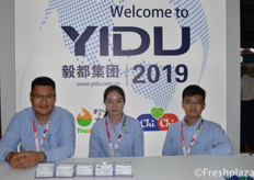 Julie Zhu (middle) from Dalian Yidu Group Co.,Ltd. Yidu is an important player in China in the fruit and vegetable export trade and has its own cold chain logistic companies and ecological agriculture projects to support its import and export activities来自毅都集团有限公司的朱露(中)。该公司是中国果蔬出口贸易的重要参与者,拥有自己的冷链物流公司和生态农业项目,支持其进出口业务。