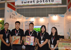 Team of Shenyang Renhe and Datong Trading Group Co., Ltd.. Specialised in sweet potato planting and trading. At the fair presented their new variety, Elizabeth. // 沈阳仁和大同贸易集团有限公司团队。该公司专门种植和交易红薯。在展会上,他们展示了他们的新品种伊丽莎白。