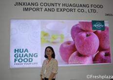Alice Dai from JinXiang Hopelong Food Co.,Ltd. They are a leading export company of fresh products, deep-processed products and quick-frozen products. The export market covers Europe, America, Southeast Asia, Africa, Middle East and so on, in total more than 70 it consist of countries and regions. // 来自金乡市和福隆食品有限公司的销售经理代云,该公司是一家以新鲜产品、深加工产品和速冻产品为主的出口公司。出口市场覆盖欧洲、美洲、东南亚、非洲、中东等国家和地区70多个。