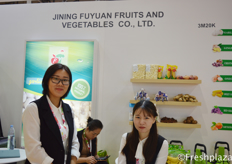 Amy Zhang and her colleague from Jining Fuyuan Fruits Vegetables Co., Ltd. Professional export company of Chinese fruits and vegetables. Their main products consist of: garlic, ginger, chestnut, onion, sweet corn, red grape and baby mandarin. // 来自济宁富源果菜有限公司的张静和她的同事,该公司专业出口果蔬。主要产品有:大蒜、生姜、板栗、洋葱、甜玉米、红葡萄、蜜柑等。