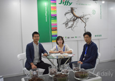 Cher Qi with Jiffy is visited by Guo Xiankun with Agriplus.
