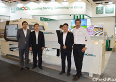 Hill Zhou (second left) with his team from Jiangxi Reemoon Technology Holdings Co., Ltd. Reemoon is specialized in developing, manufacturing and supplying postharvest equipment and solutions for fruit and vegetables, including sorting machine, washer, dryer, waxing machine and other accessory equipment. // 来自江西绿萌科技控股有限公司的Hill Zhou和他的团队。该公司是一家专业从事水果和蔬菜采后设备和解决方案的开发、制造和供应的公司,包括分选机、清洗机、烘干机、打蜡机和其他附属设备。