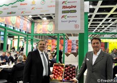 Gualtiero Rivoira of Rivoira and Paolo Carissimo of RK Growers. RKG supplies different high-quality products from Italy like kiwi fruit, Ambrosia Apple, seedless Arra grapes, to markets and supermarket chains in Italy, Europe and in each and every continent. This year they will further extend their market in Asia. // 来自Rivoira的Gualtiero Rivoira和来自RK Growers的Paolo Carissimo。RKG为意大利、欧洲和各大洲的市场和连锁超市供应不同的意大利高品质产品,如猕猴桃、Ambrosia苹果、无籽Arra葡萄。今年,他们将进一步扩展他们在亚洲的市场。