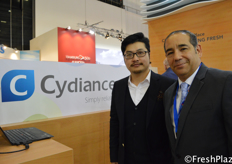 Austin Gu from Cydiance Technology together with his Chilean colleague Rodrigo Aliaga. Cydiance is a international data tracker provider for the fresh produce industry. They opened a new office in Chile last year to further extend their market. // 来自Cydiance Technology的Austin Gu与他的智利同事Rodrigo Aliaga。Cydiance是新鲜农产品行业的一家国际数据追踪设备的提供商。去年,他们在智利开设了一家新的办事处,以扩展他们的市场。