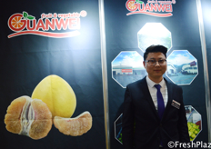 Edvin Wang (Sales Manager) from Xiamen Guanwei Import & Export Co., Ltd. They are specialized in plantation, production, and export of honey pomelo to Russia, Ukraine, Europe, Canada, and Dubai. Europe is their main overseas market. // 来自厦门冠威进出口有限公司的王勇平(销售经理)。他们专业从事蜜柚种植、生产,并出口到俄罗斯、乌克兰、欧洲、加拿大和迪拜。欧洲是他们的主要海外市场。