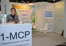 The 1-MCP powder is the Chesen BioChem Co., Ltd.'s main product. Cathy Fang is very happy to be able to attend the exhibition.1-MCP保鲜剂是采森公司的主要产品。业务经理方经理表示她很高兴可以来参加这次展会。