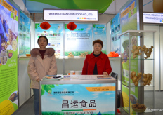 Mrs Liu Li (right) and her colleague of Weifang Changyun Food Co., Ltd. The company is a professional ginger grower, with production facility located in Weifang, Shandong.来自潍坊昌运食品的刘莉经理和她的同事。公司是专业的生姜出口商,种植基地位于山东潍坊。