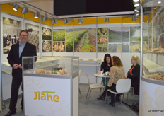 Mr Ralf Settels is a sales representative of Weifang Jiahe Food Co., Ltd German brunch. He is representing the company at the stand. Jiahe Food produces and exports a variety of agricultural products, including ginger, garlic, taro and carrots.来自潍坊佳禾食品有限公司德国分公司的销售人员 Ralf Settels代表公司参展。公司种植和出口生姜,大蒜,芋头,胡萝卜等多种农产品。