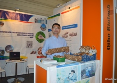 Mr Zhendong Sun of Shandong Qihe Biotechnology Co. Ltd. The company supplies a variety of mushroom cultivators.山东七河生物科技股份有限公司的孙振东经理正在展示公司的菌棒系列产品。