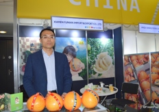 Xiamen Funian Import & Export Co., Ltd. has a production facility in Pinghe, Fujian. The company is a professional pomelo exporter. Mr Wen Min Dong proudly shows a variety of pomelo at the booth.平和县利鹏果业有限公司是专业的柚子出口商,公司的加工厂位于福建平和县。温闽东经理正在展示公司的蜜柚系列产品。
