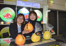Mrs Violet Chou (right) and Mrs Julia Lin (lelft) of Xiamen Yosway Import & Export Co., Ltd. The company exports a variety of fruits including pomelo, orange, lemon, carrot and white radish.Xiamen Yosway Import & Export Co., Ltd. 的周经理(右)与林经理(左)。公司的主要产品包括蜜柚、橘子、柠檬、胡萝卜和白萝卜。