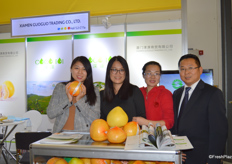 Mrs Monica (2nd on the right) and her colleagues of Xiamen Guoguo Trading Co., Ltd. The company is a professional grower and exporter of Pinghe pomelos.来自厦门淉淉商贸有限公司的邱笑青经理和同事在展位上展示公司的蜜柚产品。公司是专业的平和蜜柚加工出口商。