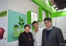 Mr Xiaolin Wang (1st on the right) and his colleague (1st on the left) of Shandong Aoweite Biotechnology Co. Ltd. with their dealer (middle) from South America. The company supplies 1-MCP, with approximately 90% market share in the domestic market and is now developing overseas markets.山东营养源食品科技有限公司的王小霖经理(右一)与他的同事(左一)和南美洲的代理(中)。公司是专业的保鲜剂生产制造商。公司产品占全国约90%的市场份额,目前正在开拓新的海外市场。