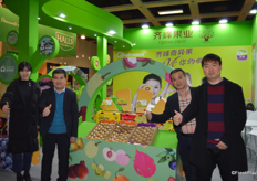 Mr Wenbo Lu (1st on the right) and his colleagues of Shaanxi Qifeng Fruit Industry Co. Ltd. The company exports a large volume of kiwi fruits to overseas markets. Products range including red kiwi, yellow kiwi and green kiwi. Mr Lu thinks in the long-term, Chinese green kiwi has the most export potential.陕西齐峰果业有限责任公司的鲁文博经理(右一)带领团队参展。公司出口大量红心、黄心、和绿心猕猴桃至海外市场。鲁经理说,长远看来,绿心猕猴桃仍会是出口的主流产品。