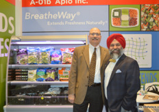 Steven P. Bitler and Shehbaz Singh from Appio. They company's membrames control the atmoshpere inside plastic packaging to meet 8% CO2 and 3% oxygen, best circumstances to keep produce fresh. // Appio的Steven P. Bitler和Shehbaz Singh。他们的公司控制塑料包装内的氛围以满足8%的二氧化碳和3%的氧气的要求,这是保持产品的新鲜度的最佳环境。