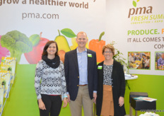 The team of the Produce Market Association (PMA) with to the left Lindie Stroebel, PMA General Manager South Africa and in the middle, Richard Owen, VP Membership. // 农产品营销协会(PMA)的 Lindie Stroebel (PMA南非,左边)和Richard Owen (在中间)。