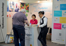 Interest in data tracking solutions at the stand of Cydiance. Tina and Austin are the company's management. // 在提供数据追踪解决方案的上海芯点信息科技有限公司的展位前感兴趣的人群。Tina和Austin是公司的管理人员。