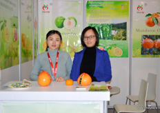 Amy and Rachel Zeng from Fujian Pinghe Yumin Fruit and Vegetables. // 福建省平和裕民果蔬有限公司的Amy和曾秋娜。