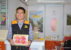 Dun Peng Shi of the Hainan Sanya Mango Association. Hainan is an island province in the South of China famous for its tropical fruits and mango production. // 海南三亚市芒果协会的会长彭时顿。海南是位于中国南部的一个岛屿省,以其热带水果和芒果生产而闻名。