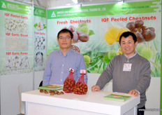 Sino-World from Qingdao with its general manager Sun Chengyong. The company grows and exports chestnuts. This season's chestnut calibre is relative large. // 来自青岛的青岛中沃国际贸易有限公司和其总经理孙成勇。这家公司种植和出口栗子。这个产季的板栗直径比较大。