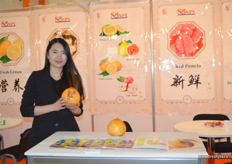 Tessa Wang from Xiamen Sonpy, grower and exporter of red, yellow and white pomelo and lemons. // 厦门松平进出口有限公司的Tessa Wang,该公司是红色,黄色和白色柚子和柠檬的种植商和出口商。