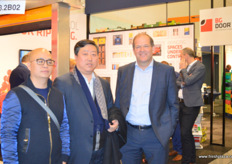 To the right is Peter Kooijman from Dutch company Storex, together with his Chinese business partner Fruitong. The companies have formed a Dutch-Chinese joint venture. // 右边是荷兰公司Storex的Peter Kooijman,与他的中国合作伙伴福瑞通一起。两家公司已组成了一家中荷合资企业。