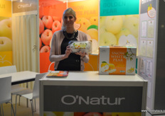 Kathrin Harden is Head of Procurement at Spettmann and is representing O'Natur at this year's Fruit Logistica edition. She is holding the company's relatively new but already well-known Snow White pear variety, that has recently received export license to enter the European market. Spettmann的采购总监Kathrin Harden,她今年在果蔬展代表万润丰。她手上的是该公司相对较新但已广为人知的羊脂秋香雪花梨品种,该品种最近获得了进入欧洲市场的出口许可证。