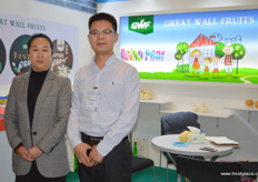 Great Wall Fruits, import and export company, attends Berlin annually to promote its Hebei pears. To the right is Gavin, international trade manager, together with the company's GM Lisa. // 长城水果进出口公司每年都来柏林推介河北梨。右边是国际贸易经理加文和公司的总经理杨秀玲。