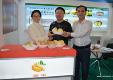 Hebei pear grower and exporter Botou Yafeng. They have recently launched a new pear brand under the name Ya Feng, or 'Asian Abundance'. On the photo are Qi Lei, to the right, and Liu Xi Yuan and Zhou Yinhong。// 泊头亚丰果品有限公司是一家河北梨种植商和出口商。他们最近在亚丰名或 'Asian Abundance'下推出了一个新的梨品牌。照片上,左边是周银红和刘希元,右边是齐磊。