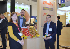 International team members of RK Growers, an Italian company. Alyona Kryuchkova, to the left, is responsible for the compnay's Russian office, Andrea Daziano, in the middle, is responsible for sales in Italy and Kevin Auyeung is responsible for sales in Asia and China, working from the Asian office in Hong Kong. In the back are Ambrosia apples and Dori kiwifruit, two of RK Growers main export products to Asia. // RK Growers的国际团队成员,该公司是一家意大利公司。左边是负责该公司俄罗斯办事处的Alyona Kryuchkova,中间是负责在意大利销售的Andrea Daziano和负责在亚洲和中国的销售,在香港的亚洲办公处工作的Kevin Auyeung。后面是Ambrosia苹果和Dori 猕猴桃,这两个产品是RK Growers出口到亚洲的主要出口产品。