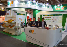 The international sales team of JiuYe, for the first time present at Berlin Fruit Logistica. JiuYe is providing transport and cold chain logistic solutions cross China, and also engages in the import of fresh fruits. From left to right are Xiao Wei Xhou, cross-border export director, Cory, overseas Business Logistics Director, Jason, Business Director and Wei. // 九曳供应链的国际销售团队,这是该公司首次参加柏林果蔬展。九曳在全中国提供运输和冷链物流解决方案,也从事新鲜水果的进口。从左到右分别是跨境出口总监周晓薇,跨境物流总监郭景麟,商业中心总监徐本凇。