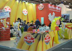 Busy activity at the booth of Good Farmer. The company is transforming from an export-focussed player to an importer. Main import product are fresh bananas to supply the Chinese market. // 佳农展位前的忙碌活动。该公司正从一家出口导向型的公司转变为一家进口商。主要进口产品为供应中国市场的新鲜香蕉。