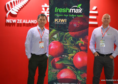 Jacky Qin of PCNZ together with Greg Cassidy of FreshMax, both from New Zealand. FreshMax launched its Picaboo pear last year and is in Beijing to support the sector, whilst awaiting a new crop. The New Zealand new pear season starts next year early February, just before the Chinese New Year. // 均来自新西兰的PCNZ 的Jacky Qin与FreshMax的Greg Cassidy。 FreshMax去年推出了其Picaboo梨,现在在北京支持该产以,正在等待一轮新的作物。新西兰新的新的梨产季将于明年二月初开始,正好在中国农历新年之前。