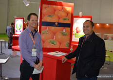 Duane Wells of NTL Horticulture, also Chairman of the New Zealand Persimmon Industry Society, together with Jim Tarawa, Avocado Procurement Manager at FreshMax. New Zealand persimmons received market access to China earlier in 2017 at the end of the season. The coming year the sector is hopeful to launch exports. // NTL Horticulture的Duane Wells,他也是新西兰柿子产业协会主席,与FreshMax的鳄梨采购部经理Jim Tarawa一起。新西兰柿子早在2017年产季末收到至中国的市场准人。未来一年,该行业有望启动出口。