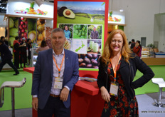 Tony Ponder, Chair of New Zealand Avocado, together with Jen Scoular. Avocadoes are the next New Zealand product on the list for market acces, with negotiations almost completed. Some hope access will be granted in February 2018. // 新西兰鳄梨协会的主席Tony Ponder,与Jen Scoular一起。鳄梨是市场访问列表中的下一个新西兰产品,谈判几乎完成。一些人希望该产品能在2018年2月被准入中国。/ /
