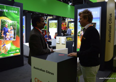 Meetings at the stand of Australian Citrus. To the right, David Daniels. This year was a record year for Australian citrus exports to China with a total volume of over 50,000 tons. // 澳大利亚柑橘协会展台前的碰面。右边是David Daniels。今年,超过50000吨的澳大利亚柑橘被出口到中国,成为了总成交量创纪录的一年。