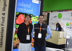Ian Cover and Wendy of Fruit Growers Australia. // 澳大利水果种植商协会的Ian Cover和Wendy。