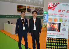 Jason Lai and Chen Shao Hua of Reemon Technology Holdings. Reemoon is a Chinese produce of sorting equipment, with an international base in Spain, South Africa, Australia and a number of foreign markets. // 江西绿萌科技控股有限公司市场总监的赖腾华(Jason Lai)和陈绍骅。绿萌是一家中国的分选设备生产商,在西班牙,南非,澳大利亚等一些国外市场设有国际办事处。