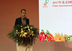 Phill Turnbull of Apples and Pears Australia talks about Pink Pady and branded varieties in the global apple category at the High-Tech Innovation Forum organised on the first day. // 澳大利亚苹果和梨协会的Phill Turnbull在于展会首日组织的高科技创新论坛上谈论全球苹果类的Pink Pady和品牌品种。