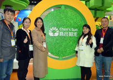 Chen's Sun is a Chinese retailer and prominent importer of fresh fruits. The company is located in Zhengzhou, in central China. On the photo are Bruce, Chen Qingmei, Na Chen, Cheng Nan and Zhao Jifeng. // 陈氏阳光果蔬贸易有限公司是一家新鲜水果的中国零售商和著名进口商。公司位于中国中部的郑州。照片上是李洪国,陈青梅,陈娜,程楠和赵纪峰。